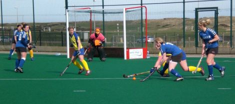 Josie_Jamieson_drives_the_ball_in_the_Perthshire_circle