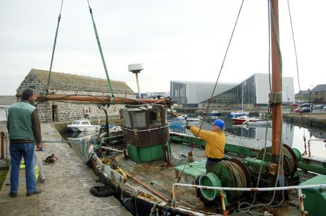 Volunteers remove the mast from the Nil Desperandum - Photo: Shetland Amenity Trust