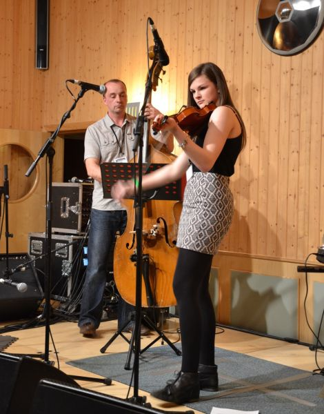 2014 Young Fiddler of the Year Sophie Moar combined accomplished playing with a relaxed, amusing stage presence. Photo: Shetnews