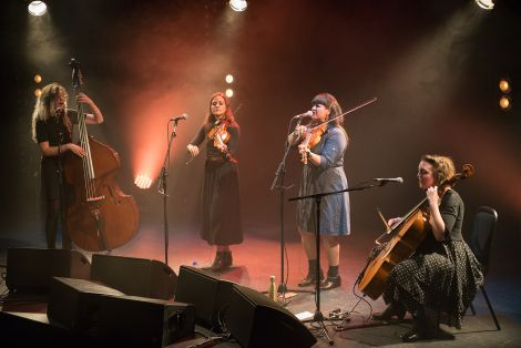 Singer and fiddle player Laura Cortese was joined by fellow fiddle player Jenna Moynihan, cellist Valerie Thompson and double bass player Jeni Magana. Photos: Steven Johnson, web: www.stevenjohnsonfoto.com